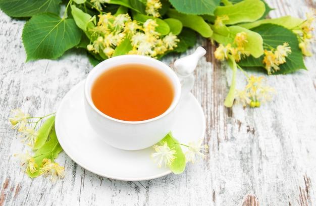 Xícara de chá de ervas com flores de tília