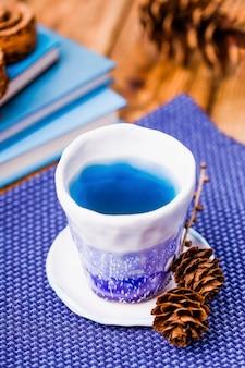 Xícara de chá de ervilha borboleta azul orgânica