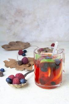 Xícara de chá de frutas e hortelã