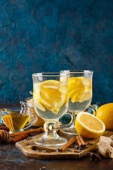 Xícara de chá de gengibre com mel e limão