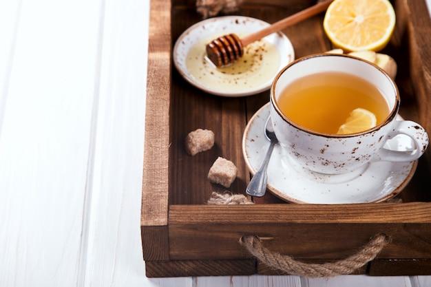 Xícara de chá de gengibre com mel