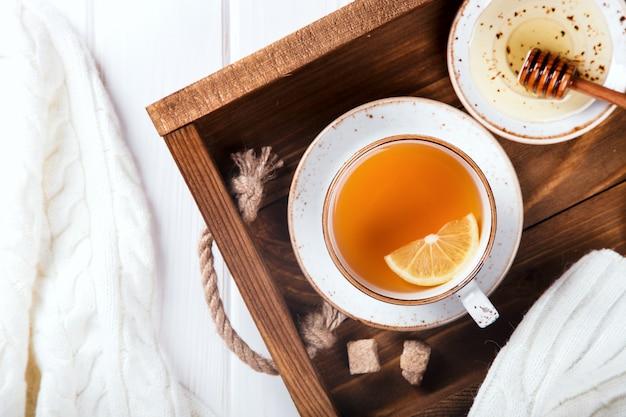 Xícara de chá de gengibre. imunidade a vírus. conceito de alimentação saudável.