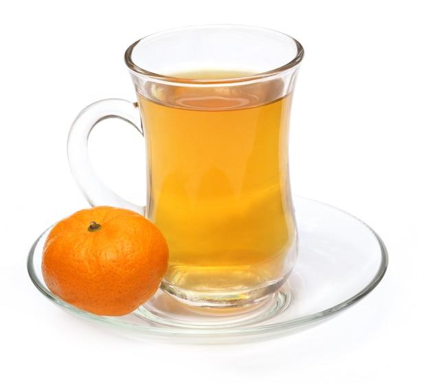 Xícara de chá de laranja com laranja sobre fundo branco
