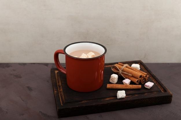 Xícara de chá de leite indiano aromático ou masala chai com marshmallows