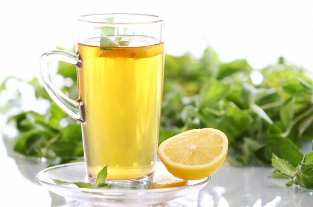 Xícara de chá de menta quente
