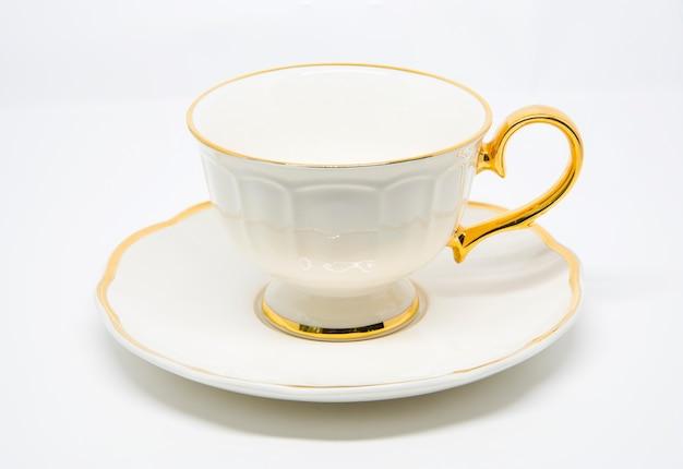 Xícara de chá de porcelana antiga em fundo branco