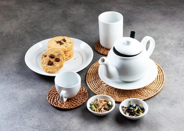 Xícara de chá de porcelana branca e bule, configuração de mesa de chá da tarde