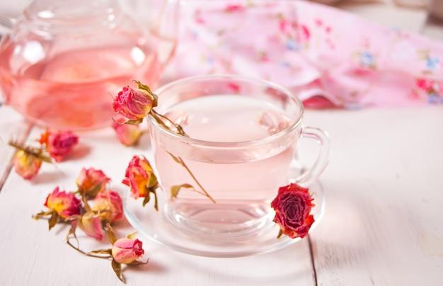 Xícara de chá de rosas. chá de desintoxicação de ervas saudável.