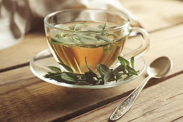 Xícara de chá de sálvia em fundo de madeira