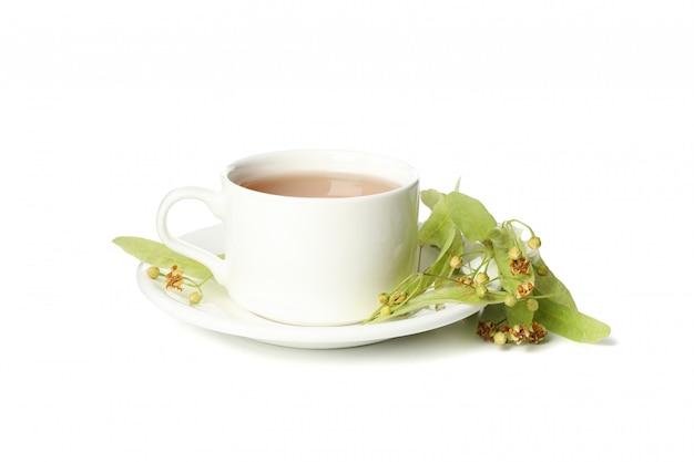 Xícara de chá de tília, isolado no branco