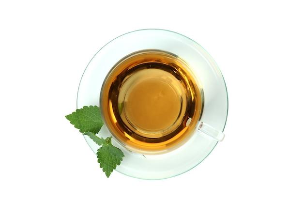 Xícara de chá de urtiga isolada no fundo branco