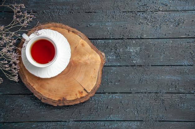 Xícara de chá de vista de cima na mesa escura