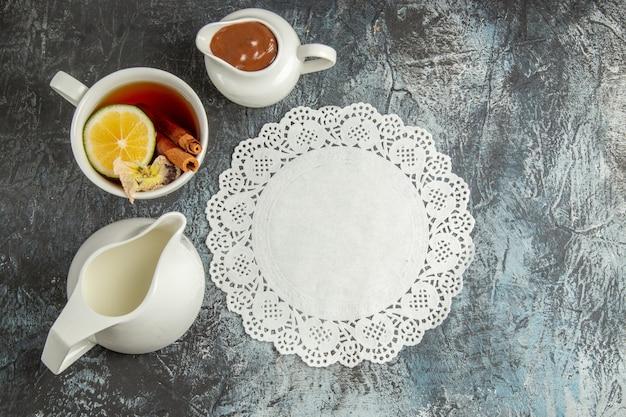 Xícara de chá de vista de cima na superfície escura com café da manhã