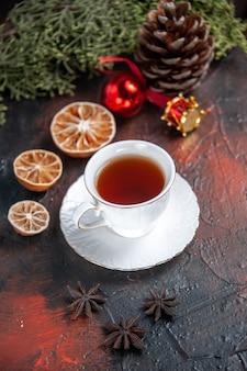 Xícara de chá de vista frontal com árvore em fundo escuro