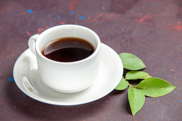 Xícara de chá de vista frontal no espaço escuro