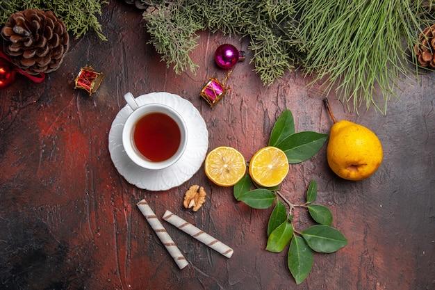 Xícara de chá de vista superior com frutas na mesa escura, foto de chá de frutas escura