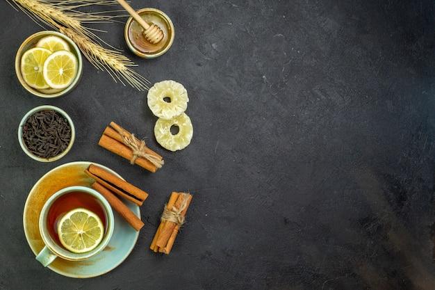 Xícara de chá de vista superior com rodelas de limão e mel o