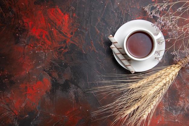 Xícara de chá de vista superior na mesa escura escura