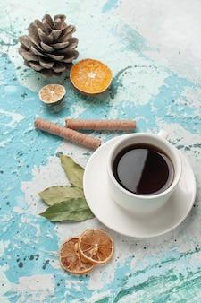 Xícara de chá de vista superior na superfície azul-clara