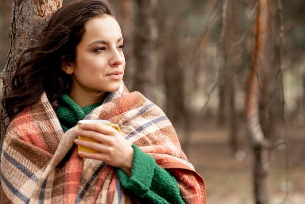 Xícara de chá desfrutando de mulher