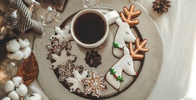 Xícara de chá e biscoitos de natal