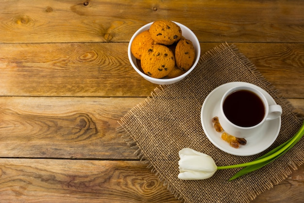 Xícara de chá e biscoitos de saco, vista superior