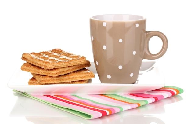 Xícara de chá e biscoitos isolados no branco