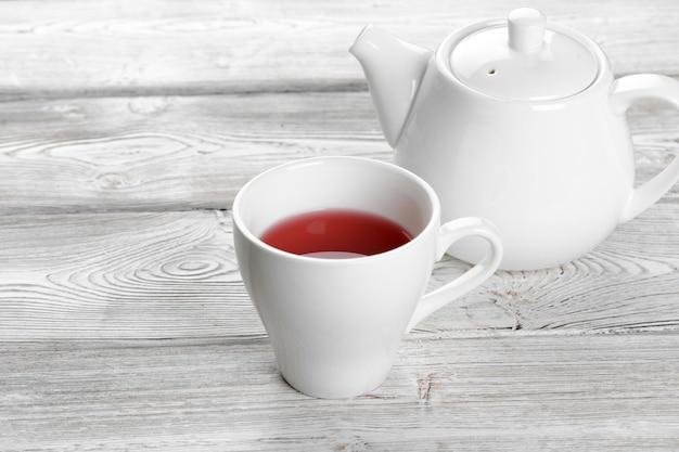 Xícara de chá e bule de chá na mesa