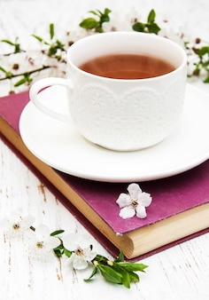 Xícara de chá e flor de cerejeira