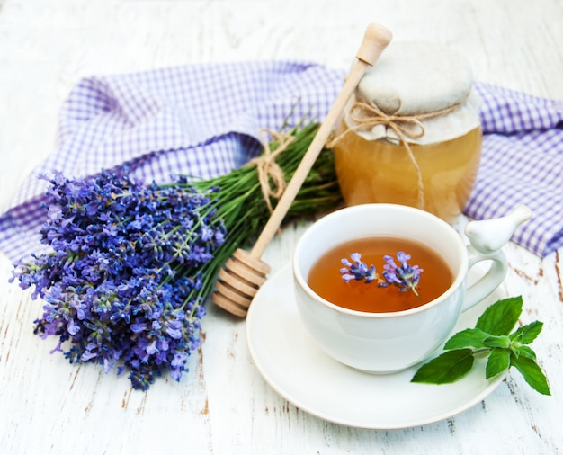 Xícara de chá e flores de lavanda