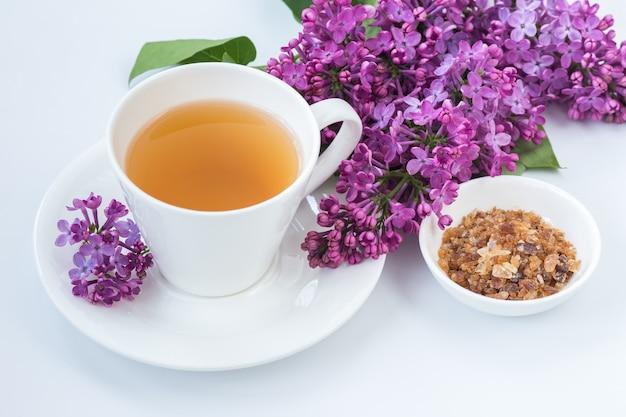 Xícara de chá e flores lilás