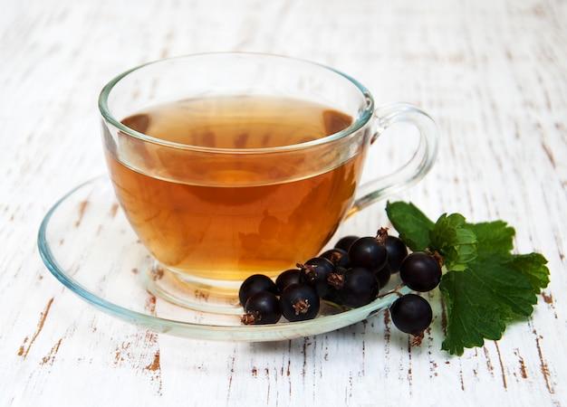Xícara de chá e groselha preta