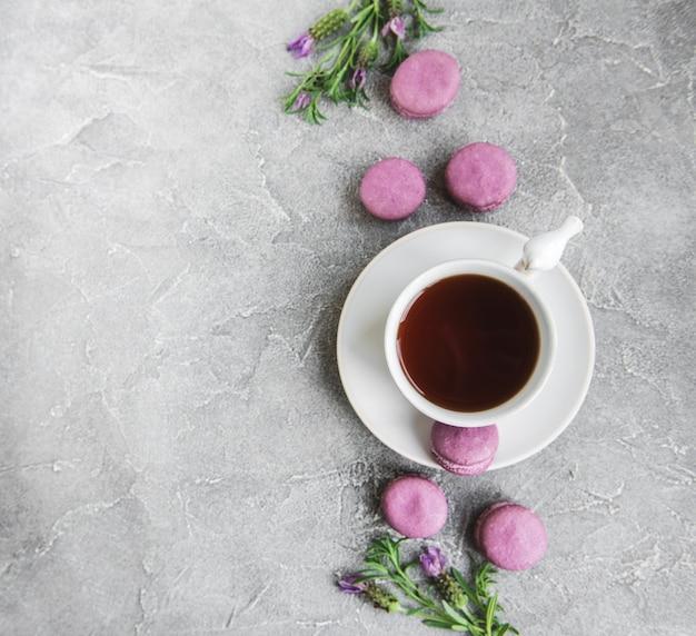 Xícara de chá e macarons
