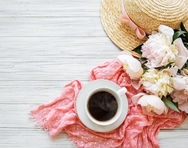 Xícara de chá e peônias