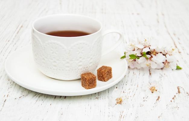 Xícara de chá e primavera flor