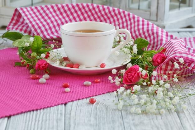 Xícara de chá e rosas
