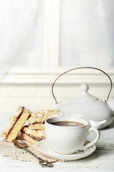 Xícara de chá e saborosa torta caseira na mesa de madeira