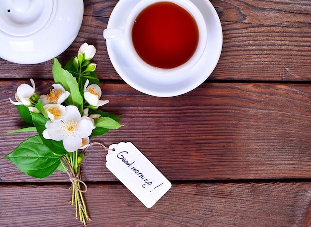 Xícara de chá e um buquê de jasmim flor branca
