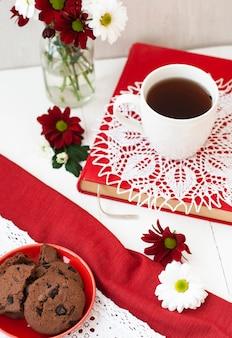 Xícara de chá e um prato de biscoitos
