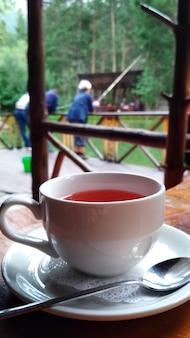Xícara de chá em um café de verão