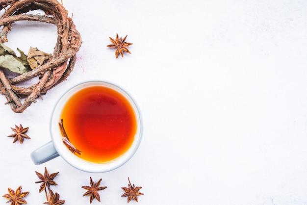 Xícara de chá entre galho