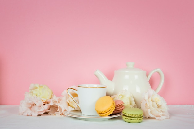 Xícara de chá fofo com biscoitos