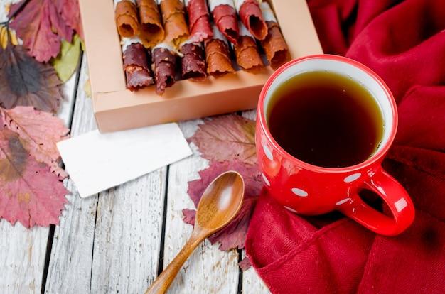 Xícara de chá, frutas secas no dia de outono