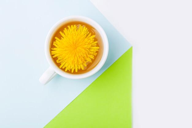 Xícara de chá-leão com flores frescas