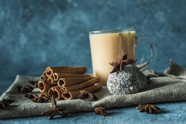 Xícara de chá masala com canela e anis estrelado