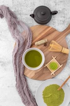 Xícara de chá matcha vista superior em cima da mesa