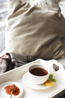 Xícara de chá na cama