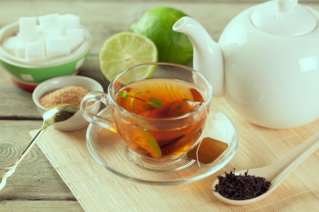 Xícara de chá na mesa de madeira