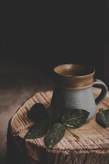 Xícara de chá na peça de madeira