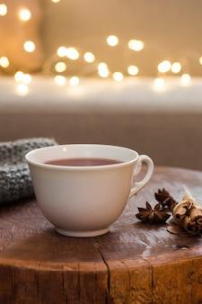 Xícara de chá no banquinho de madeira com canela